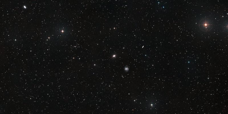 Area di sekitar galaksi NGC 1052-DF4 dan NGC 1052-DF2. Kredit: ESA/Hubble, NASA, Digitized Sky Survey 2. Acknowledgement: Davide de Martin.