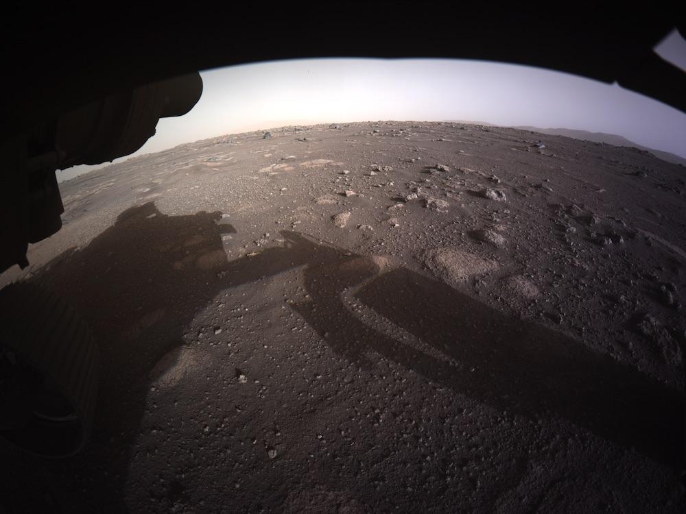 Citra berwarna pertama Perseverance setelah pelindung debu dilepas. Kredit: NASA/JPL-Caltech