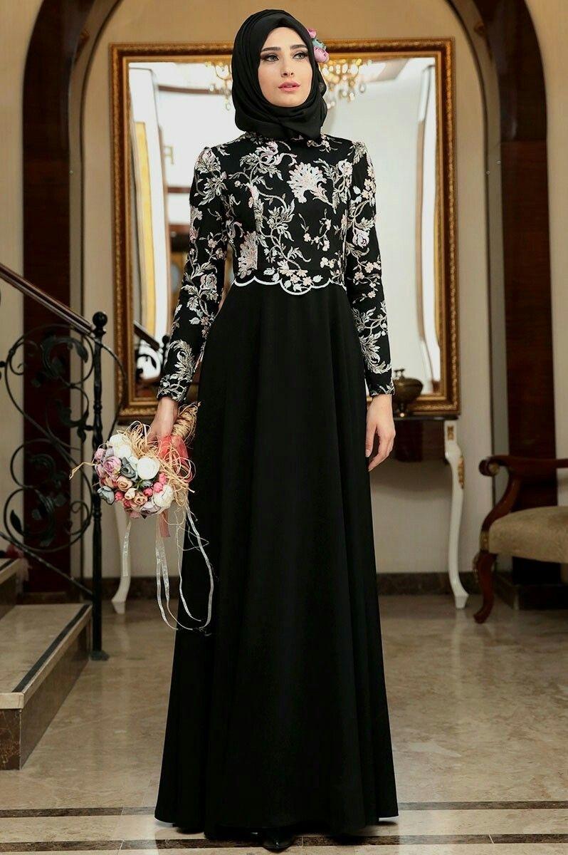 Gaun hitam dengan brokat putih
