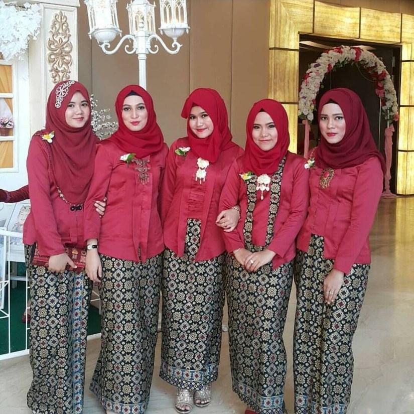 Kebaya kutu baru hijab yang dikombinasi batik