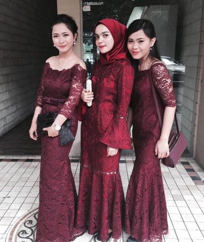 Kebaya seragam warna merah maroon