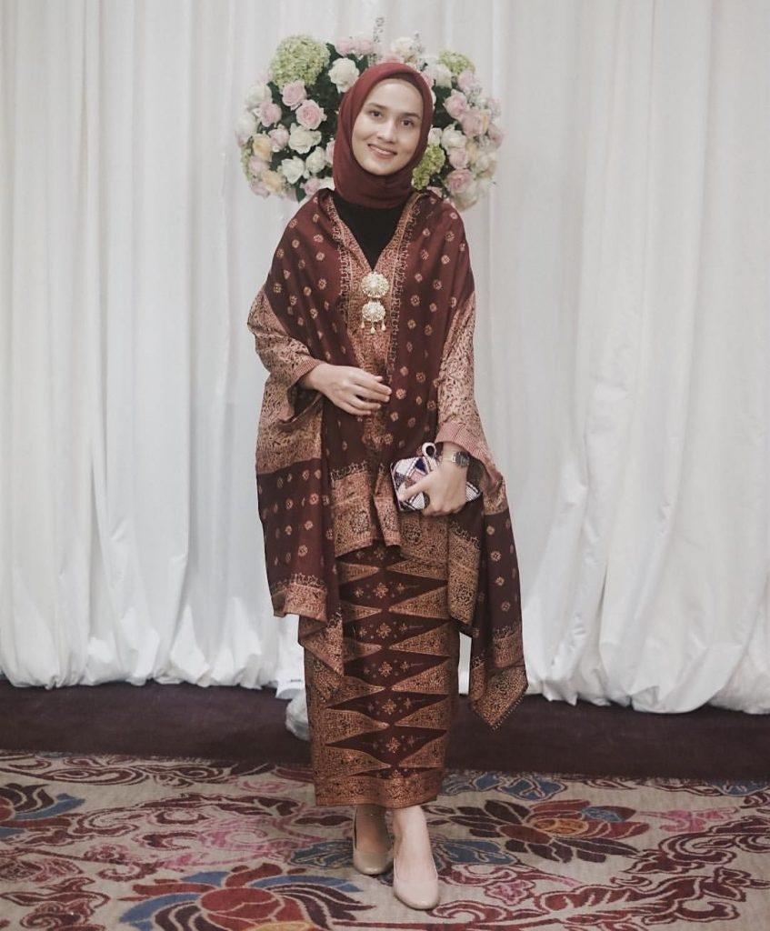 model hijab untuk kebaya yang simpel namun tetap tampil elegan