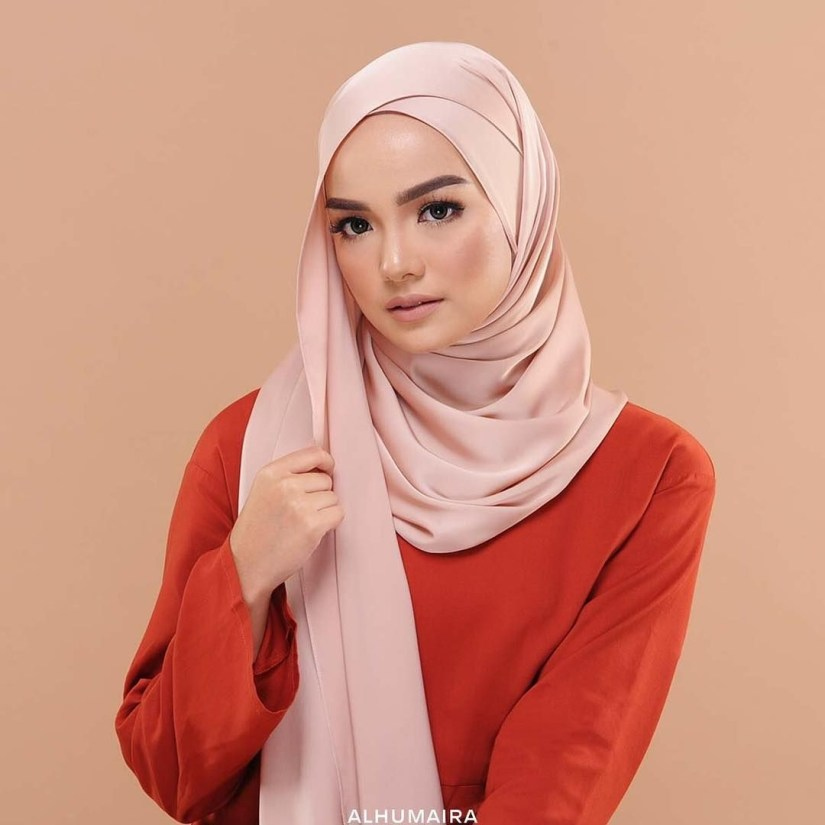 tutorial hijab pashmina satin dengan kesan tumpuk