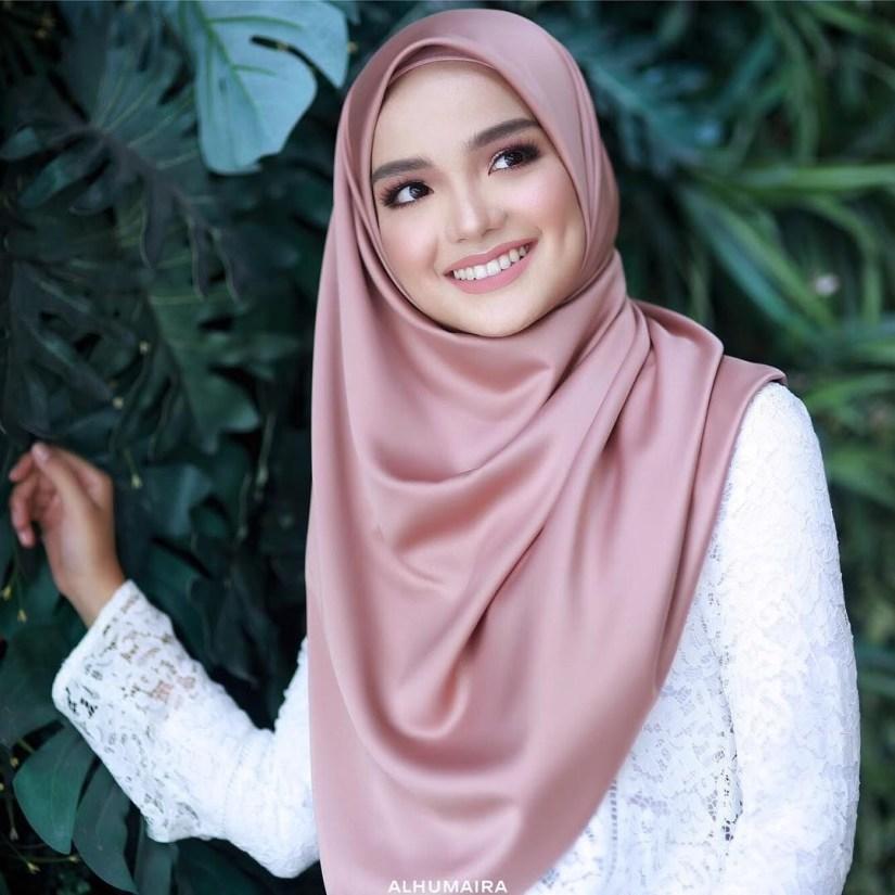 tutorial hijab pashmina satin yang menutup dada
