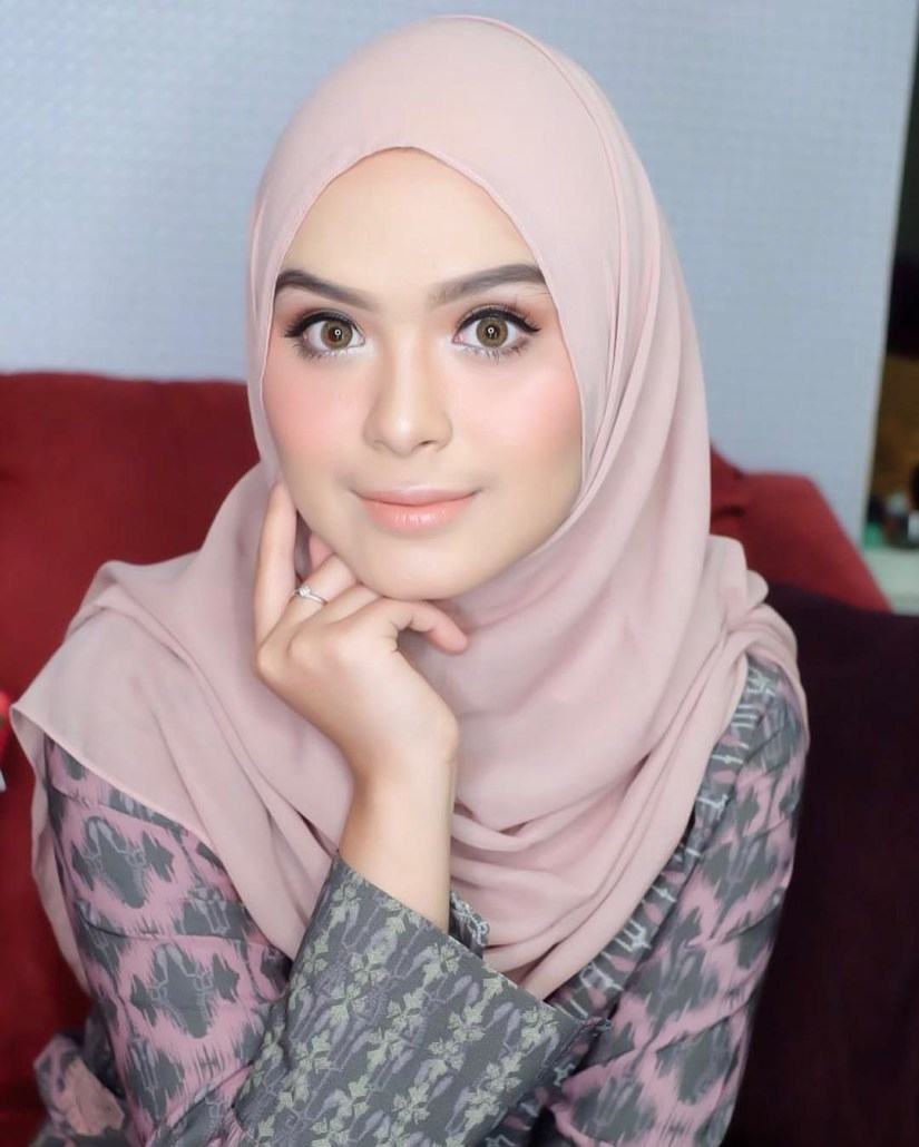 Tutorial make up natural hijab ala Vebby Palwinta