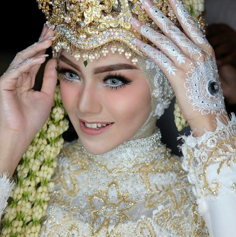 Tutorial make up natural hijab untuk acara pernikahan yang soft