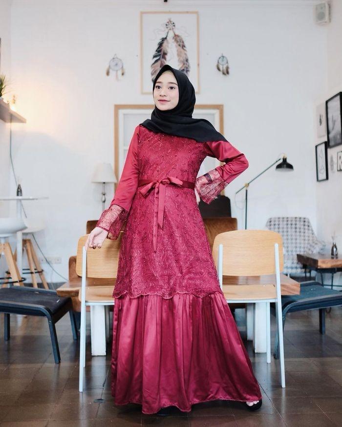 3 model dress hijab merah aksen brokat buat tampilan