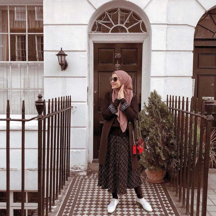 contek hijab ootd zaskia sungkar di london dengan rok a