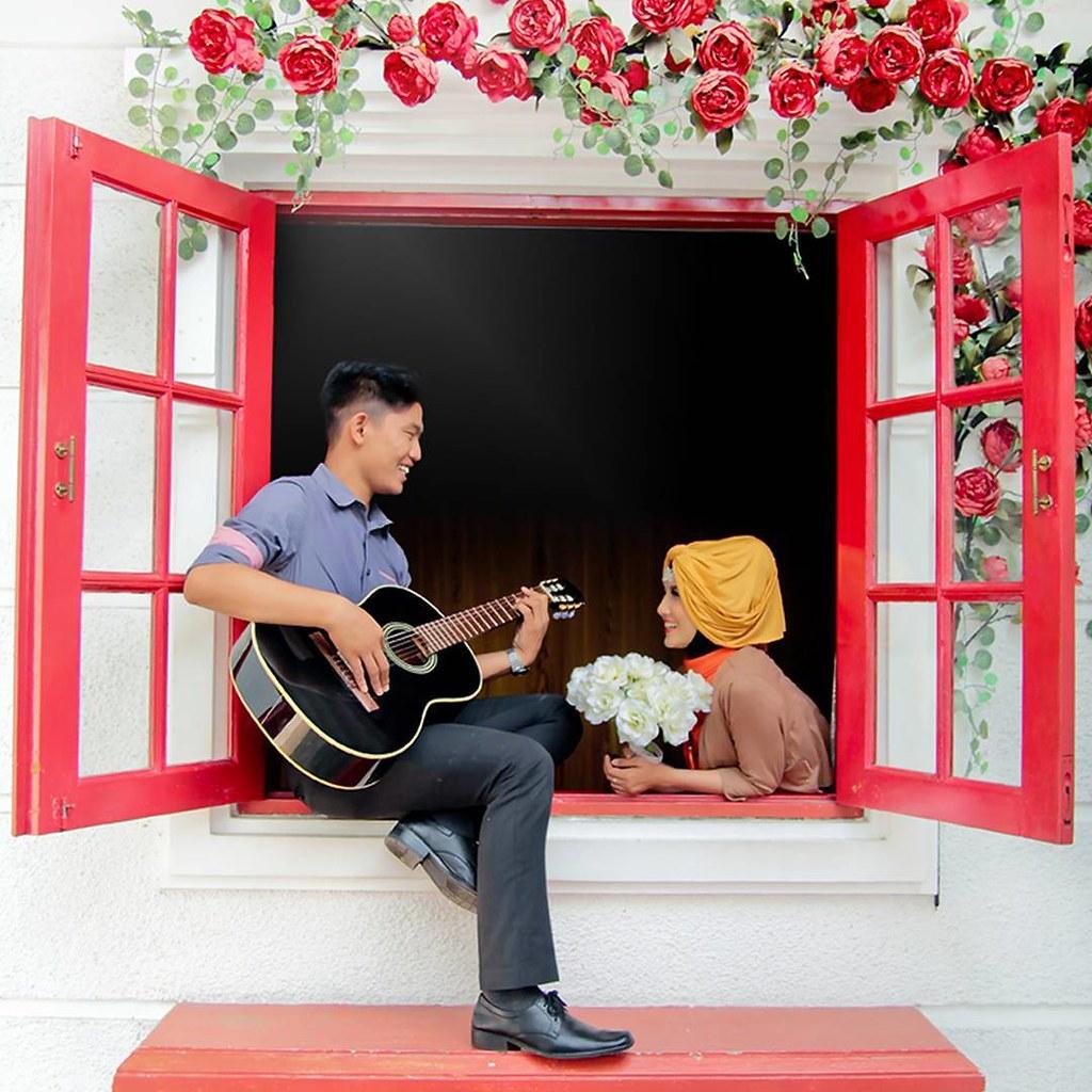 foto prewedding casual hijab indoor desain pernikahan