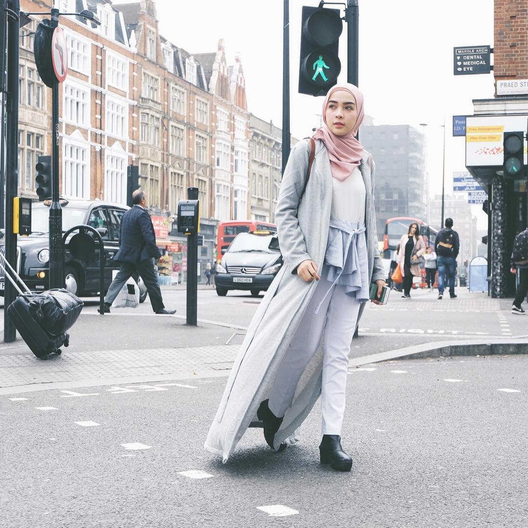 tips mix and match fashion hijab dengan cardigan classic