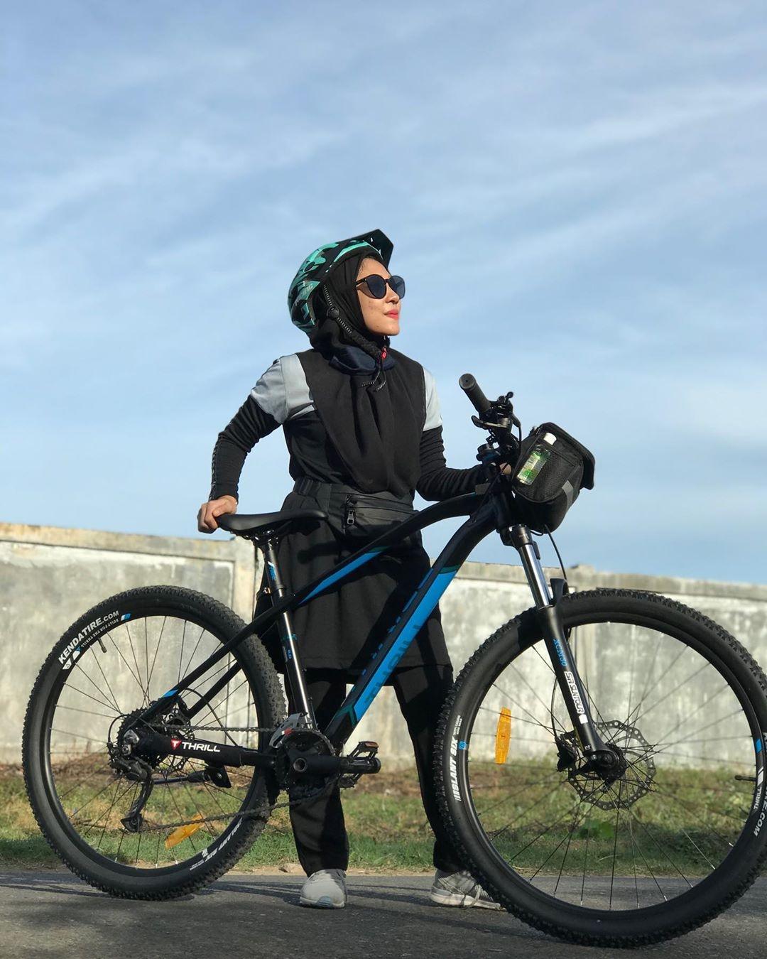 ootd sepedaan hijab simple dan fashionable hitputcom