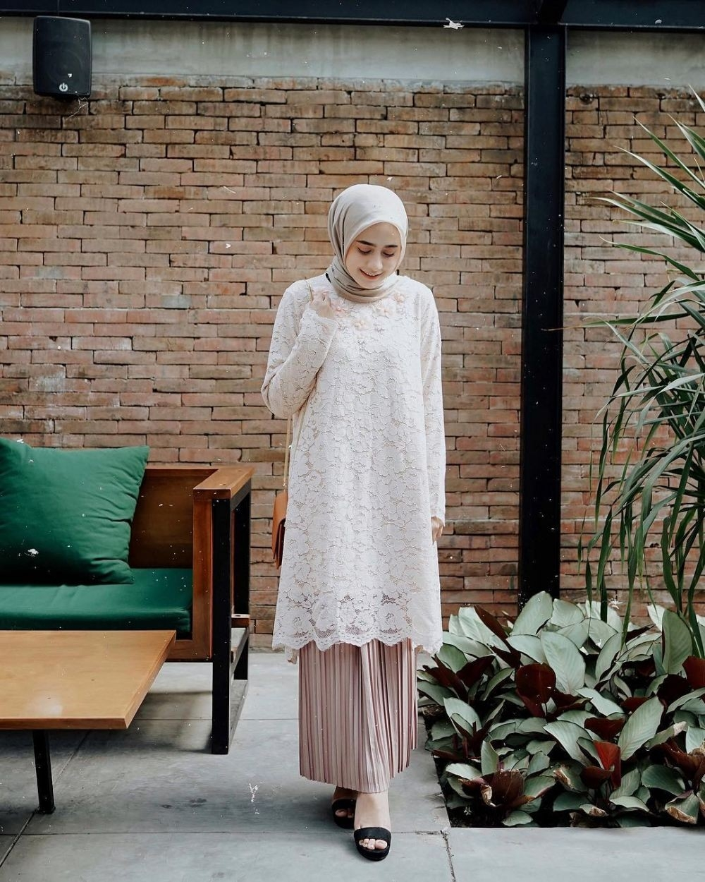 8 inspirasi dress kebaya brokat dengan hijab buat kondangan