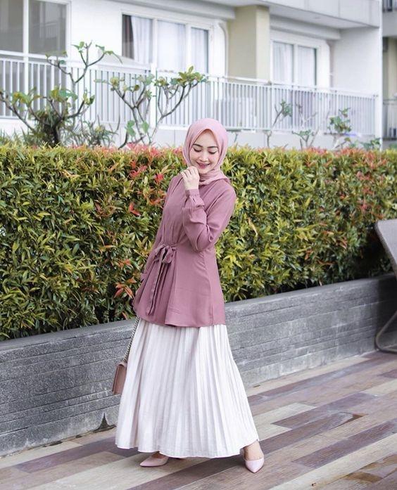 8 trik cerdas memadukan hijab dan rok plisket putih psst