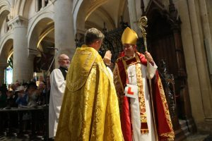 everyone-claps-and-welcomes-the-new-bishop-to-his-post-l-plates-and-all-3b2a1363-1030x687