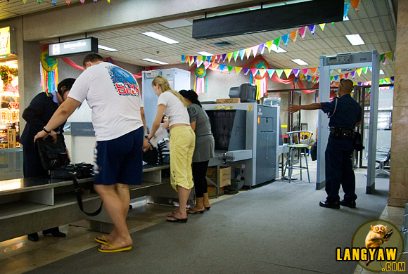 Departing passengers at the Mactan airport have to resort to have their hand carried baggages manually checked=