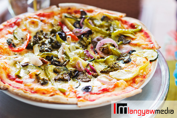 Vegetarian thin crust pizza that's delicious as well