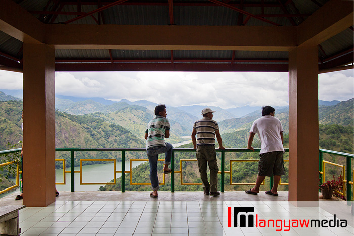 Travelers stopping over at the Inidian Viewdeck for a sweeping scene of the Ambuklao River before it goes out of the Ambuklao Dam