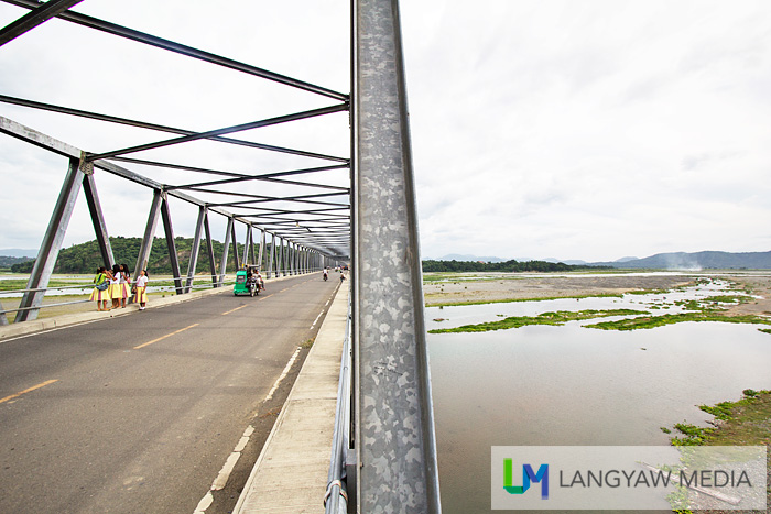 LIke a split photo, Calaba bridge at the left and the beautiful and wide Abra River at the right