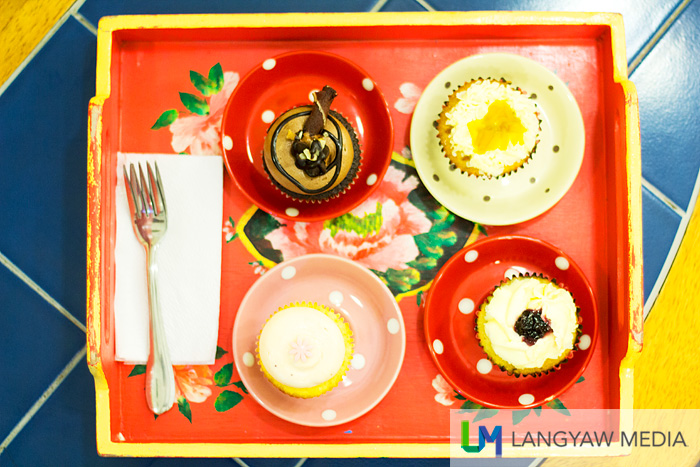 Beautiful wooden tray with cupcakes