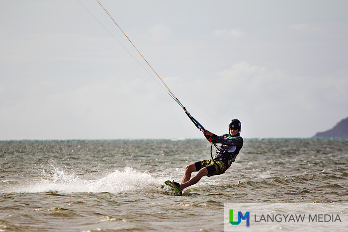 A kiteboarder at the right side of the sandbar