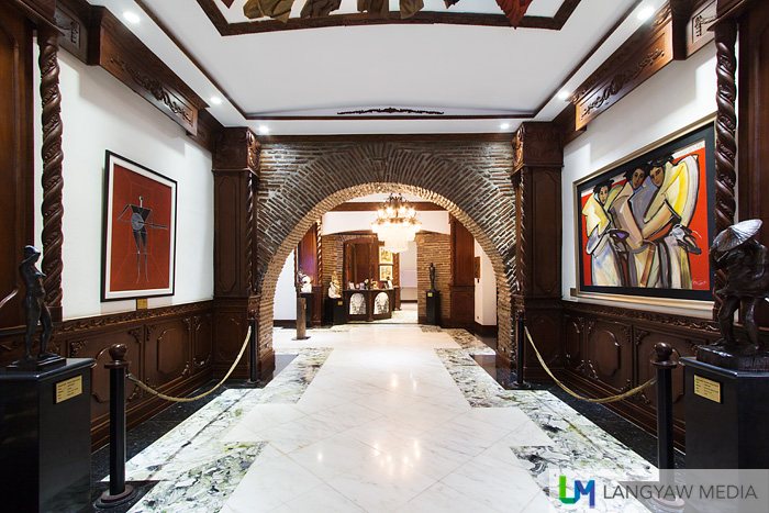 Main entrance of Hotel Luna flanked by two sculptures by Napoleon Abueva followed by an Arturo Luz (left) and Bencab (right)  paintings. All are National Artists.
