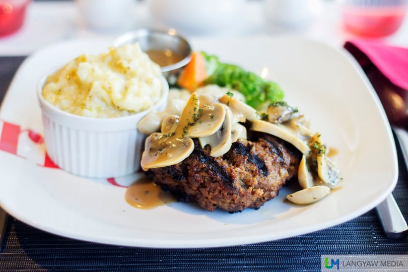 250 grams of beef patty with buttered vegetables (broccoli, cauliflower and carrots), gravy and a creamy mashed potato