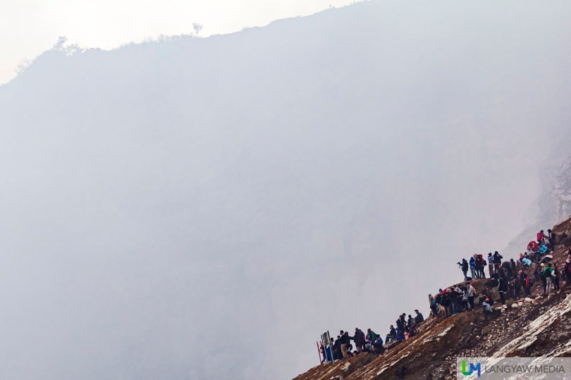Tourists and hikers congregate at the viewpoint where you can see the lake but at this early, when the sulphuric smoke is thick, blocks the view