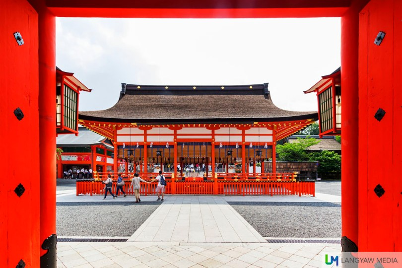 The outer hall of worship called Gan-haiden just after the rōmon