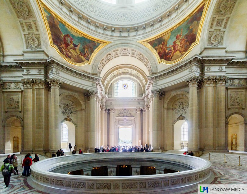 The opening where people can look down on Napoleon Bonaparte's sarcophagus