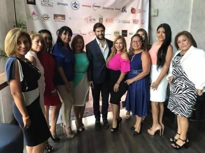 Alfred Santamaria rodeado de un grupo de bellas damas.
