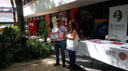 El escritor Anibal Anaya recibe reconocimiento de parte de Pilar Velez