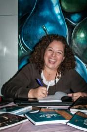 Alba Acevedo firma autógrafos en la venta de sus libros.