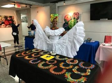 Kelly Mendoza muestra sus hermosos y coloridos diseños.