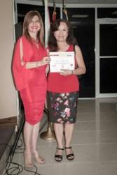La escritora Rosario Allpas recibe de Marybel Torres su reconocimiento como finalista del concurso.