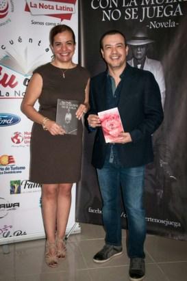 Los escritores Susana Mohel y Hans Trujillo.