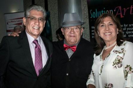 El escritor Fernando Salmerón rodeado por sus amigos.