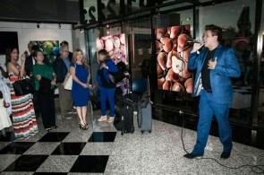 El cantante Eric Alec deleitó al público con su melodiosa voz.