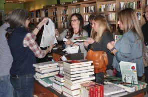 Familiares y amigos comprando Historias que Cuentan