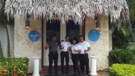 Extraordinario el equipo del restaurante mediterráneo Mylos. En esta foto falto Cesar, excelente anfitrión