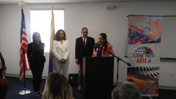 La periodista Rose Mary Santana y autoridades de Urbe University