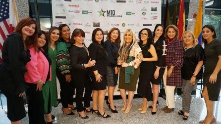 La Vicepresidenta de FirstBank Florida de Coral Gables, Carla Largaespada, franqueada por las integrantes de Mujer10