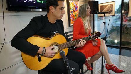 La talentosa cantante Ana del Rocio Gomez, acompanada de Victor Barrios en la guitarra