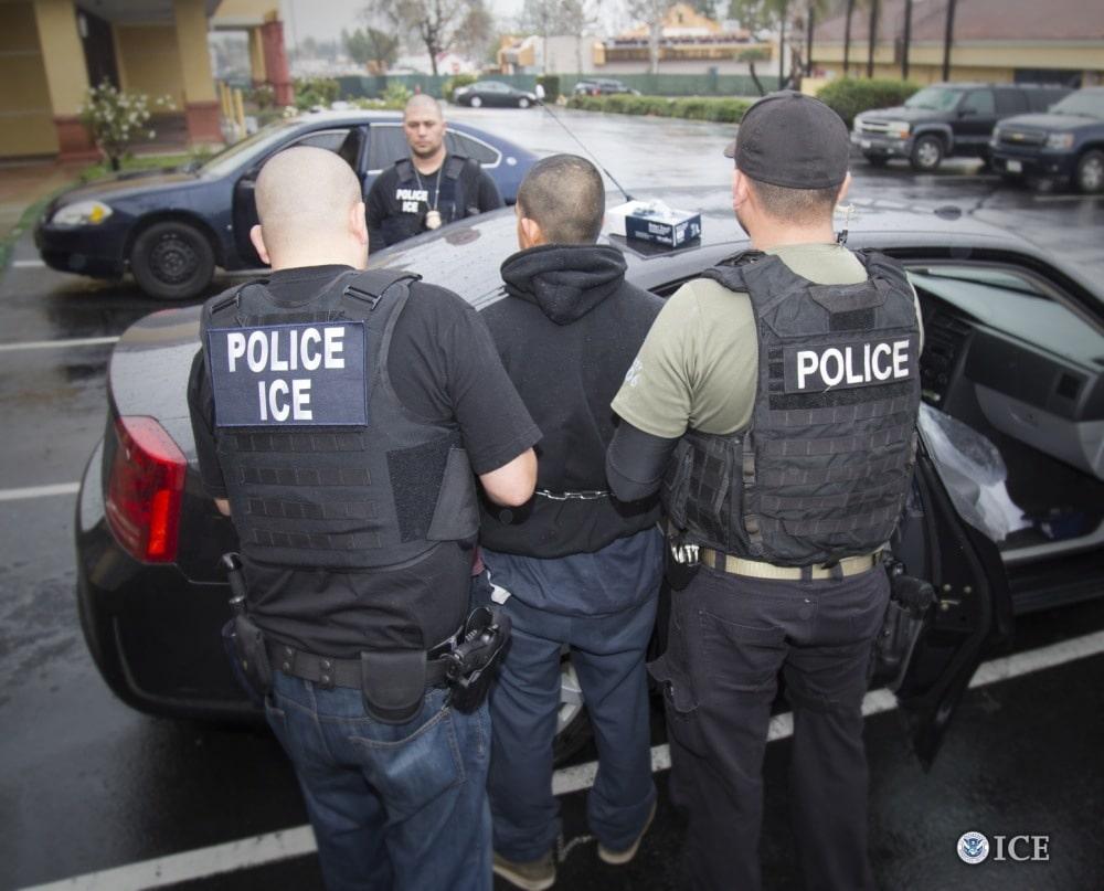 Recomiendan a inmigrantes guardar silencio en caso de ser parados por agentes del ICE