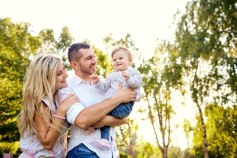 Familia en el parque sonriendo.