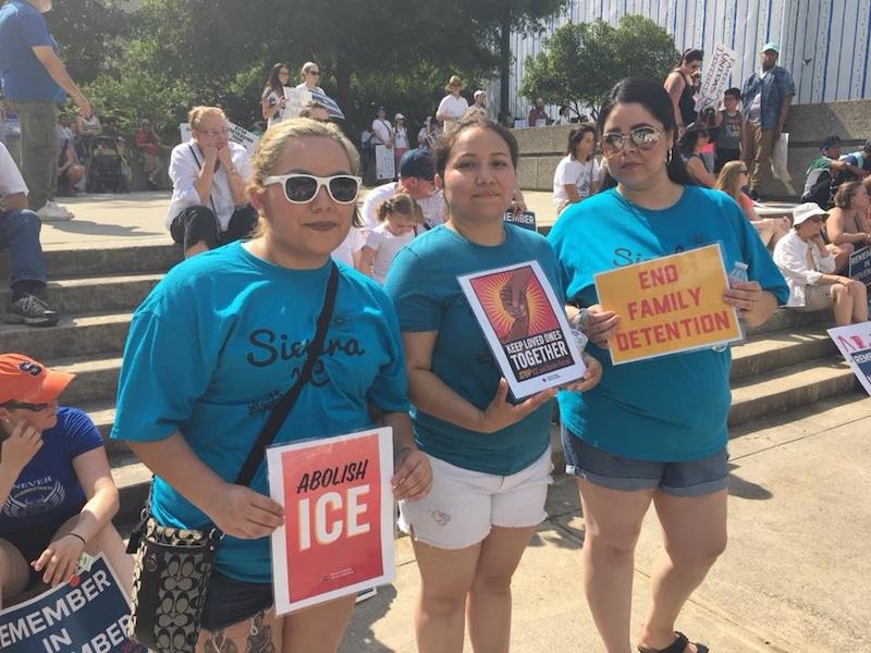 Tres jovenes protenstan contra ICE