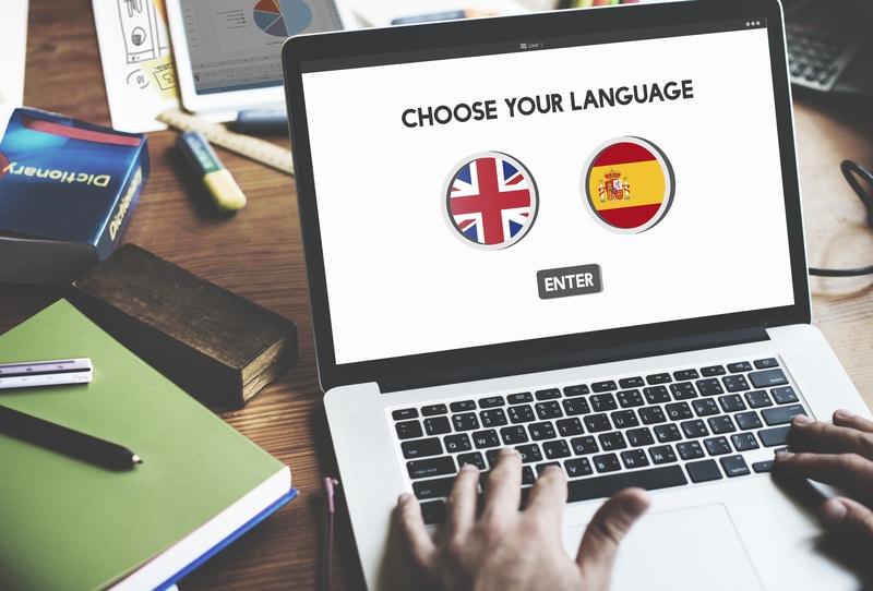 Una computadora abierta en una página con las banderas de españa e inglaterra.