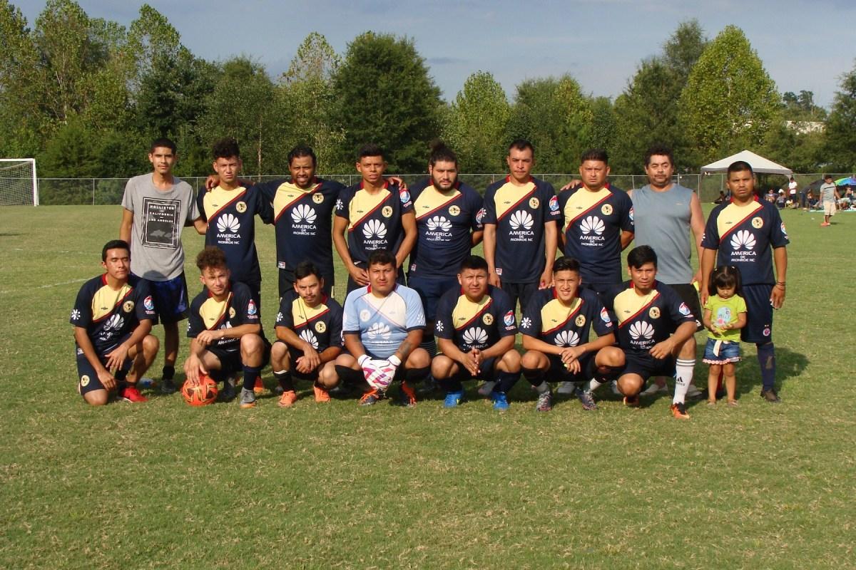 Foto de todos los fútbolistas del Monroe Soccer League