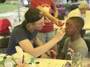 Los niños pintaron su carita como su superhéroe favorito.