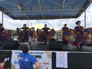 El grupo de danzas Ballet Folclórico Guadalupano bailó diferentes ritmos mexicanos.