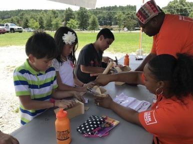 Los niños también aprendieron a realizar manualidades en madera.